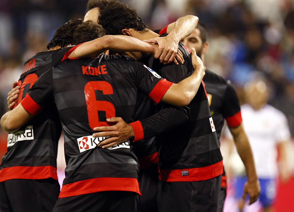 Temporada 12/13. Real Zaragoza - Atlético de Madrid. Koke se abraza con sus compañeros tras la consecución de uno de los goles