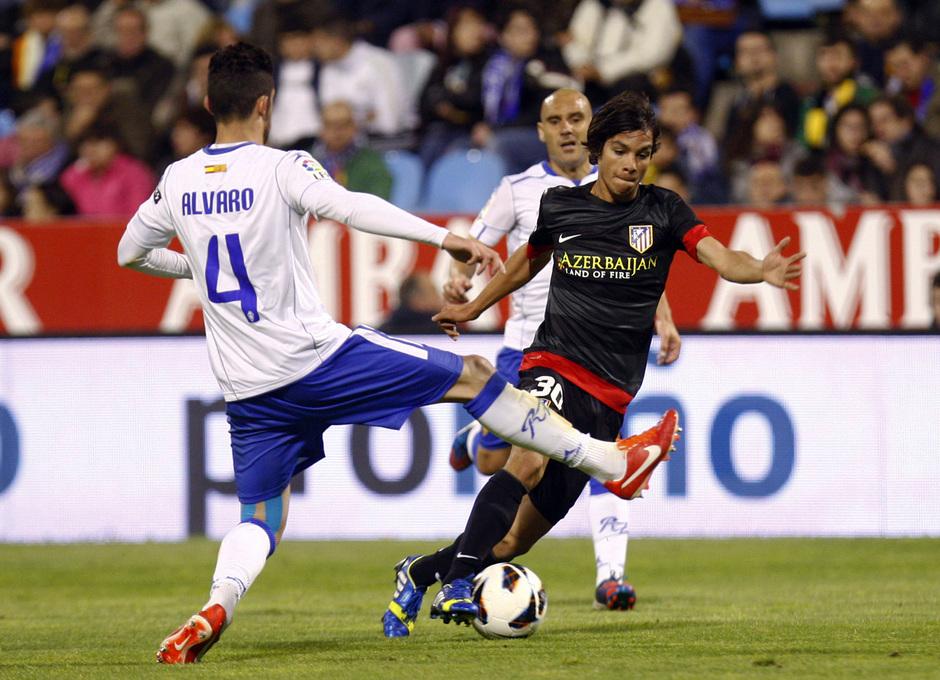 Temporada 12/13. Real Zaragoza - Atlético de Madrid. Óliver Torres se marcha de varios contrarios.