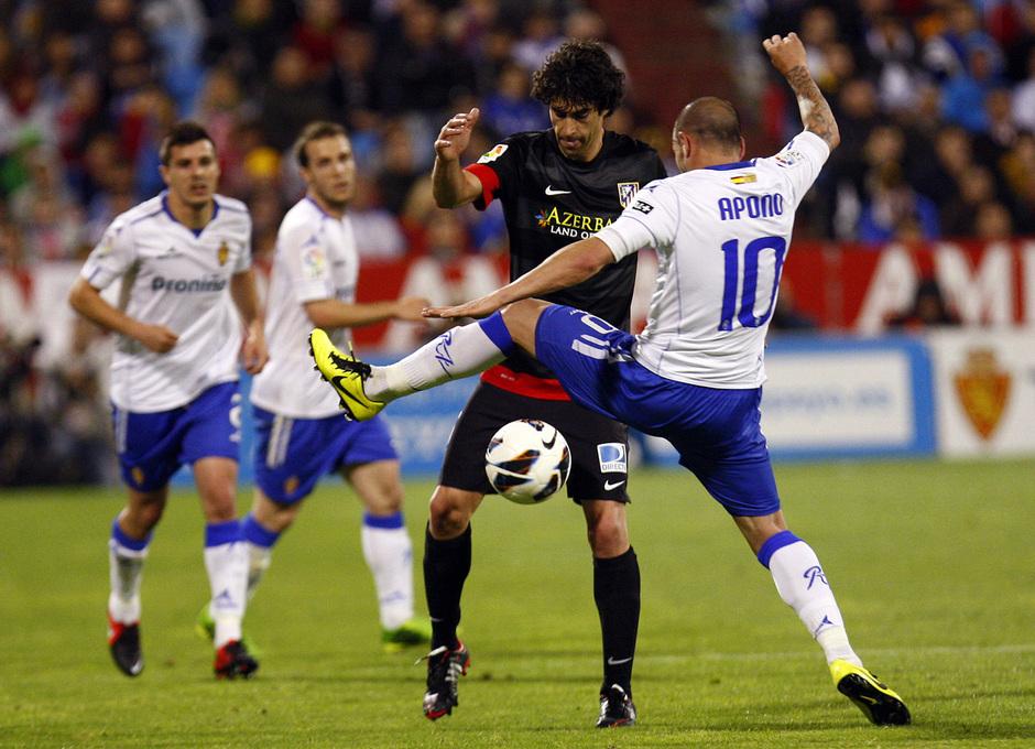Temporada 12/13. Real Zaragoza - Atlético de Madrid. Tiago intenta controlar un balón ante la oposición de Apoño.