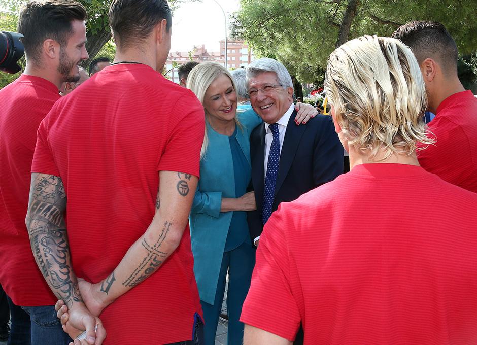 Cristina Cifuentes y Enrique Cerezo sonríen ante los jugadores antes de la inauguración de la Estación Estadio Metropolitano