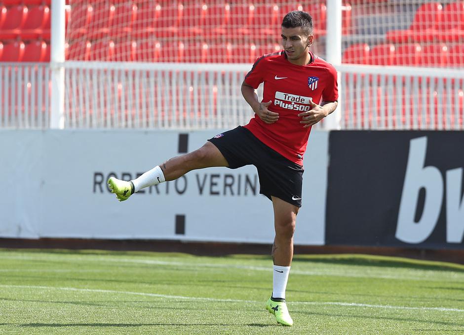 temporada 17/18. Entrenamiento en la ciudad deportiva Wanda. Correa realizando ejercicios con balón durante el entrenamiento