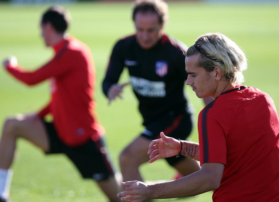 temporada 17/18. Entrenamiento en la ciudad deportiva Wanda.  Griezmann realizando ejercicios físicos durante el entrenamiento