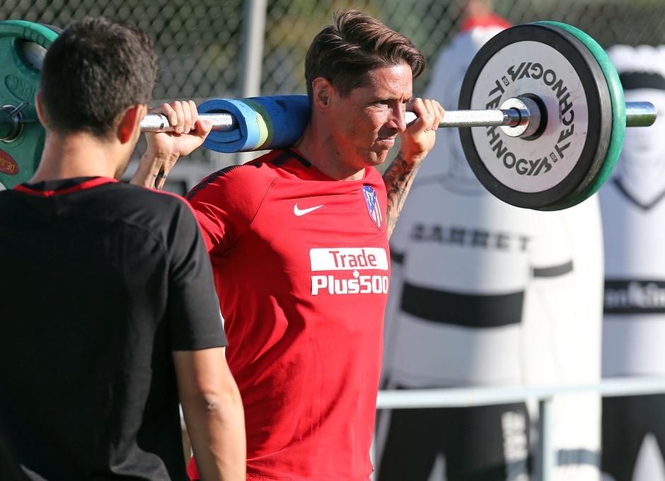 temporada 17/18. Entrenamiento en la ciudad deportiva Wanda.  Torres realizando ejercicios físicos durante el entrenamiento