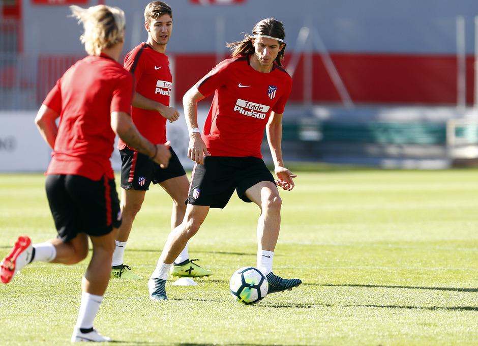 Temporada 17/18. Entrenamiento en la ciudad deportiva Wanda Atlético de Madrid 18_09_2017. Filipe da una pase.
