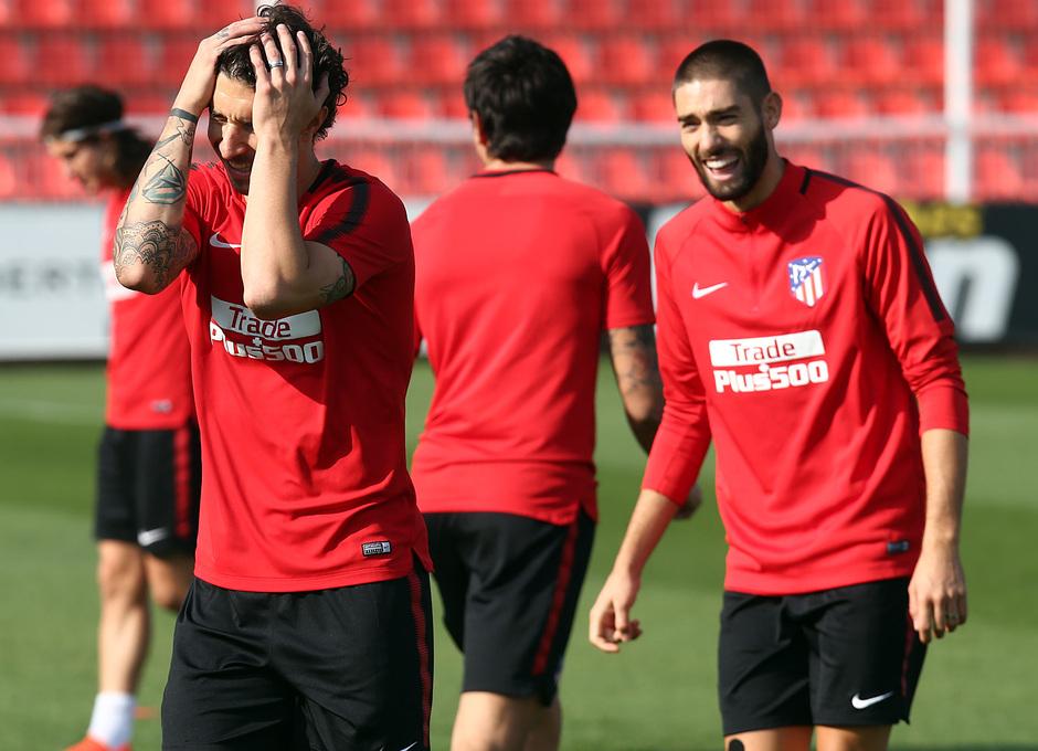 temporada 17/18. Entrenamiento en la ciudad deportiva Wanda.  Vrsaljko y Carrasco bromeando durante el entrenamiento