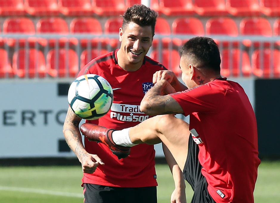 temporada 17/18. Entrenamiento en la ciudad deportiva Wanda. Correa y Giménez realizando ejercicios con balón durante el entrenamiento