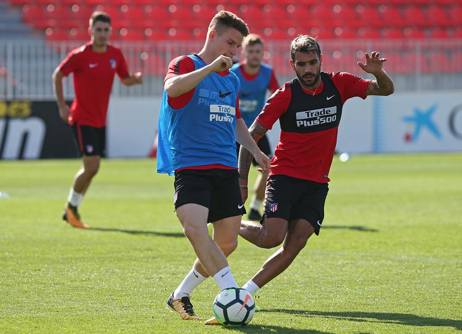 temporada 17/18. Entrenamiento en la ciudad deportiva Wanda. Gameiro y Augusto realizando ejercicios durante el entrenamiento
