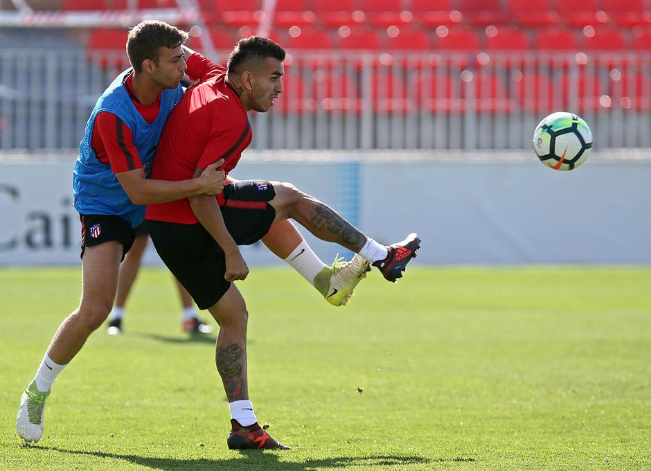 temporada 17/18. Entrenamiento en la ciudad deportiva Wanda. Correa y Sergi realizando ejercicios durante el entrenamiento