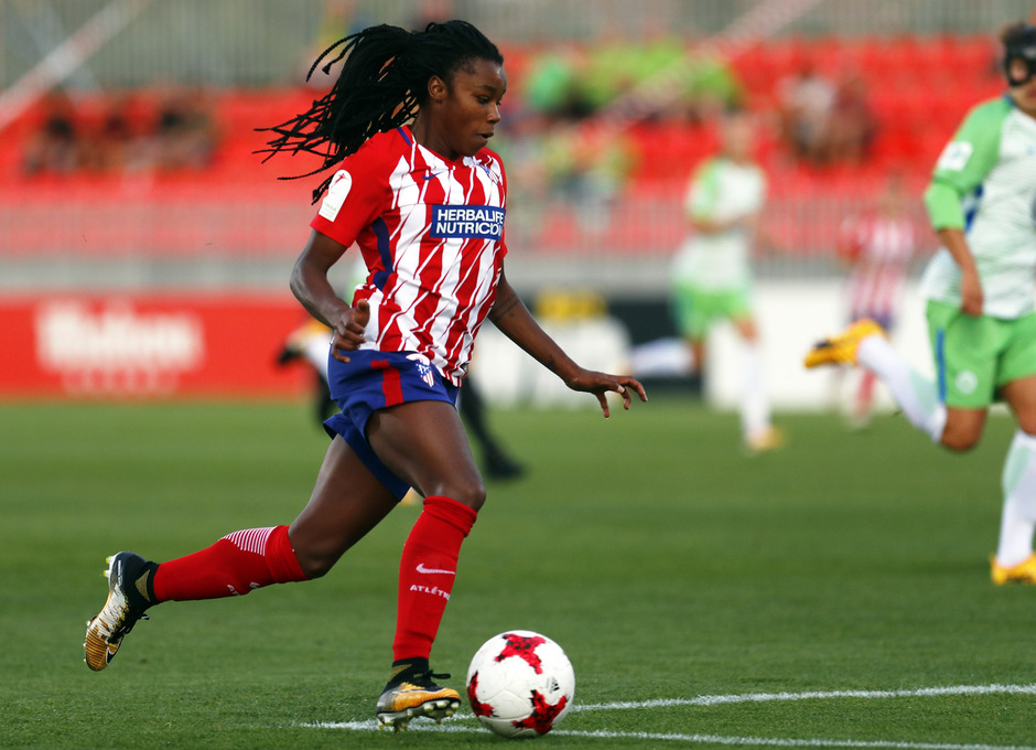 Temporada 17/18. Partido entre el Atlético de Madrid Femenino contra el Wolfsburgo. Ludmila controla el balón.