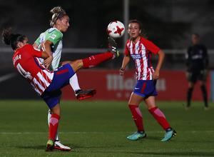 Temporada 17/18. Partido entre el Atlético de Madrid Femenino contra el Wolfsburgo. Pereira gana un balón.