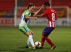 Temporada 17/18. Partido entre el Atlético de Madrid Femenino contra el Wolfsburgo. Sonia pelea el balón con una contraria.