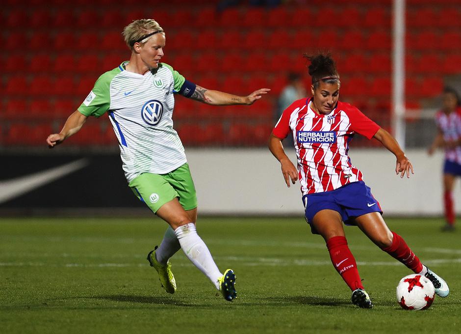 Temporada 17/18. Partido entre el Atlético de Madrid Femenino contra el Wolfsburgo. Carla controla el balón.