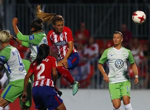 Temporada 17/18. Partido entre el Atlético de Madrid Femenino contra el Wolfsburgo. Menayo gana un balón aéreo.