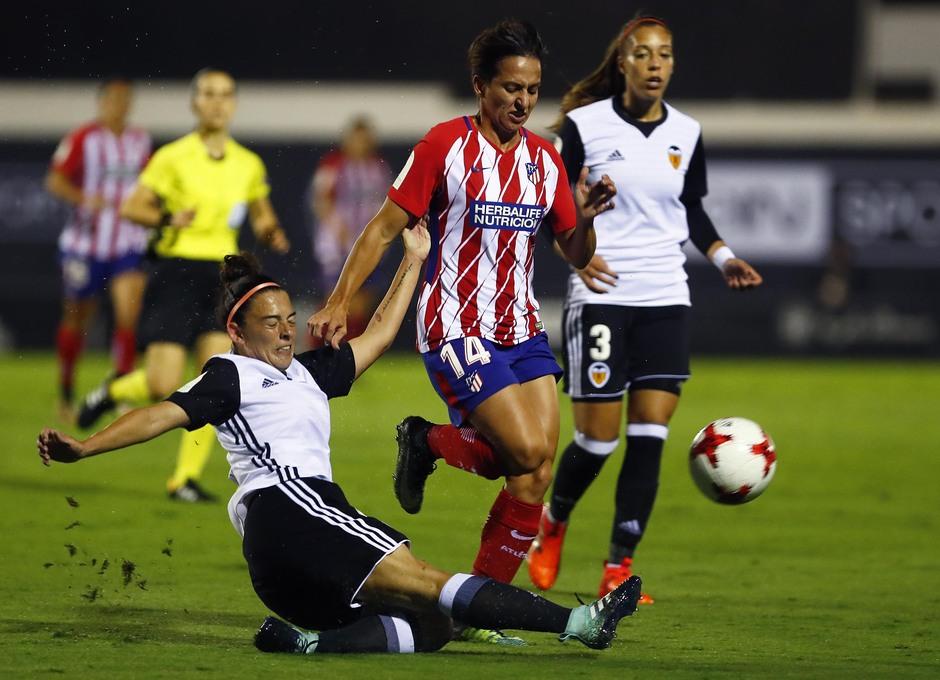Temporada 17/18. Partido entre el Valencia Femenino contra el Atlético de Madrid Femenino. Corredera lucha el balón.