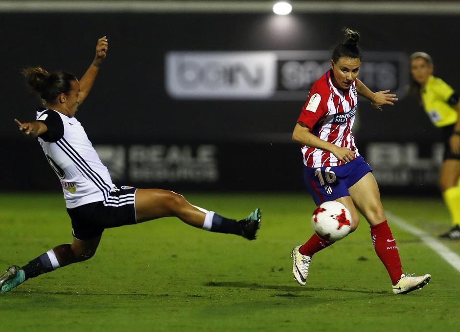 Temporada 17/18. Partido entre el Valencia Femenino contra el Atlético de Madrid Femenino. Jucinara da un pase.