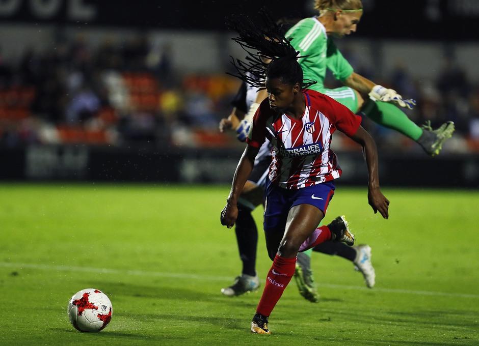 Temporada 17/18. Partido entre el Valencia Femenino contra el Atlético de Madrid Femenino. Ludmila se lleva a la portera.