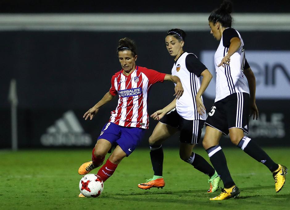 Temporada 17/18. Partido entre el Valencia Femenino contra el Atlético de Madrid Femenino. Sonia da un pase.