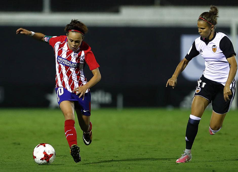 Temporada 17/18. Partido entre el Valencia Femenino contra el Atlético de Madrid Femenino. Amanda conduce el balón.