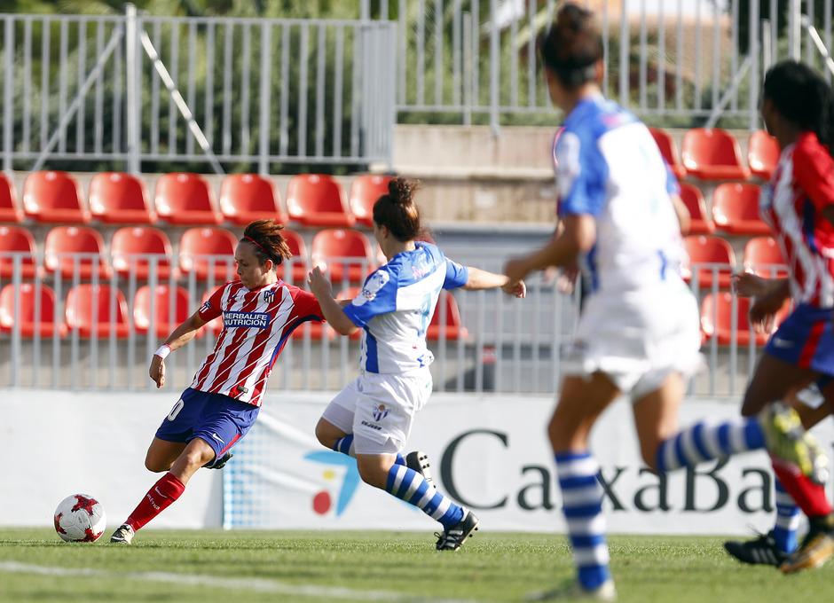 Temporada 17/18. Partido entre el Atlético de Madrid Femenino contra el Sporting de Huelva. Amanda remata.