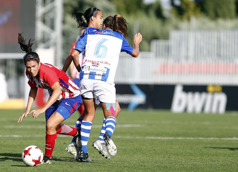 Temporada 17/18. Partido entre el Atlético de Madrid Femenino contra el Sporting de Huelva. Meseguer se escapa de dos rivales.