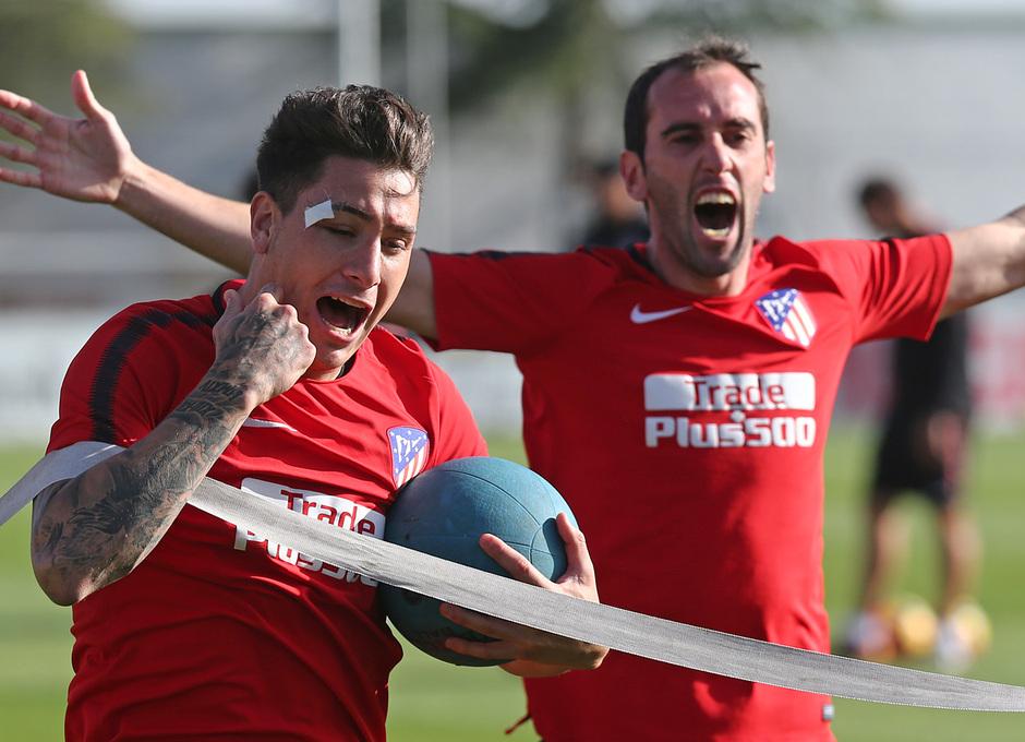 temporada 17/18. Entrenamiento en la ciudad deportiva Wanda.  Giménez y Godín realizando ejercicios con balón durante el entrenamiento