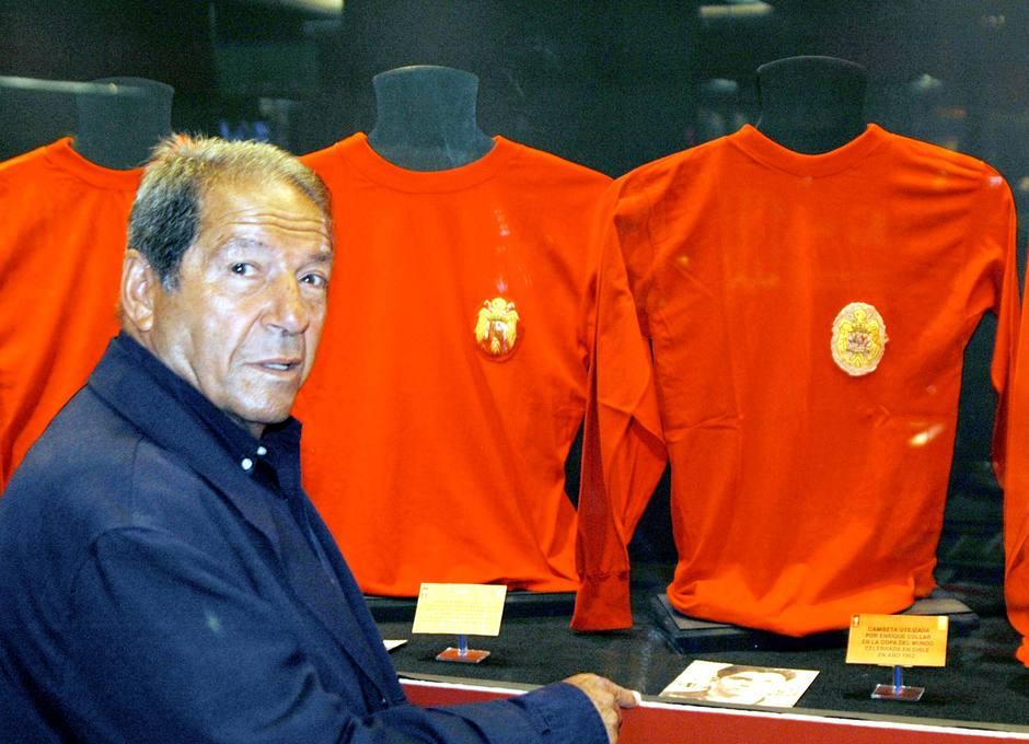 Enrique Collar, junto a la camiseta de la selección que donó al Museo Atlético de Madrid & Colección Pablo Ornaque