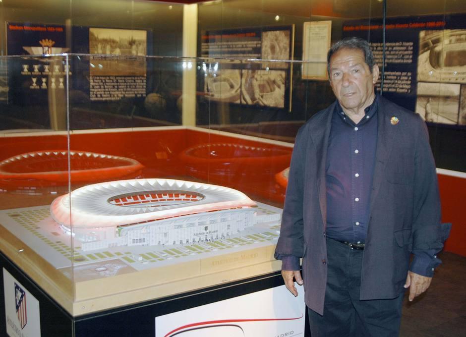 Enrique Collar posa junto a la maqueta del nuevo Estadio del Atlético de Madrid