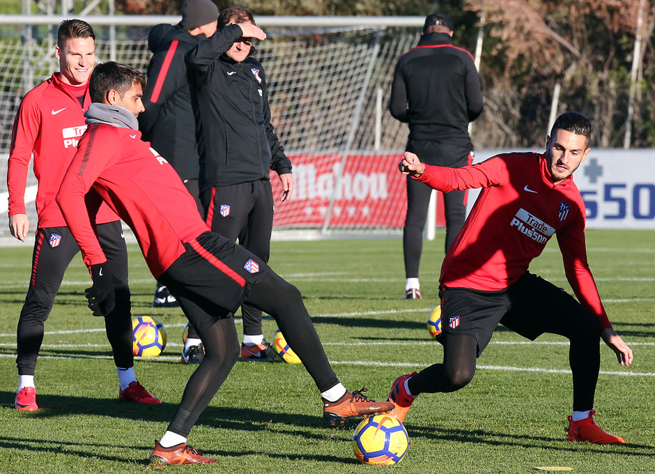 temporada 17/18. Entrenamiento en la ciudad deportiva Wanda. Koke y Augusto luchando un balón durante el entrenamiento