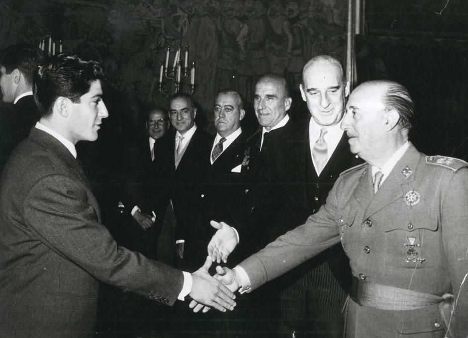 Enrique Collar saluda al Generalísimo Francisco Franco en una audiencia al Atlético de Madrid en el Palacio de El Pardo