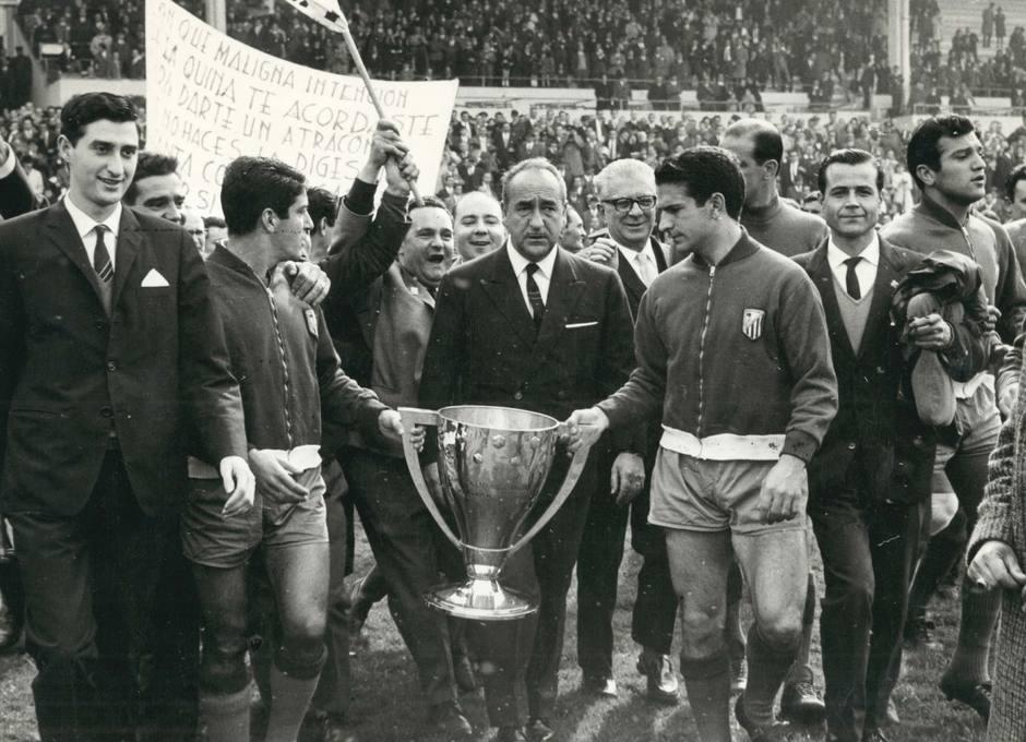 Collar y Rivilla portan la Liga 65-66 flanqueando al presidente, Vicente Calderón, en el Estadio Metropolitano