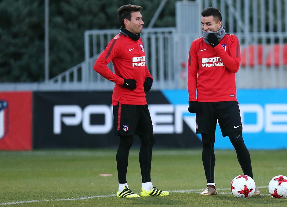 temporada 17/18. Entrenamiento en la ciudad deportiva Wanda.  Correa y Gaitán durante el entrenamiento