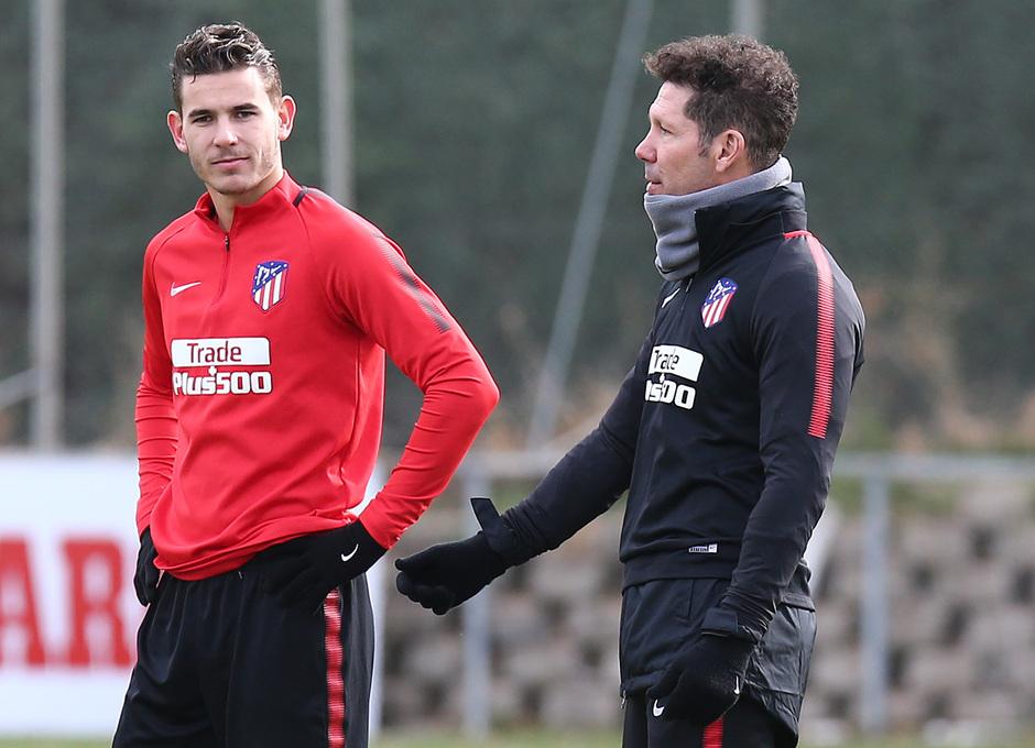 temporada 17/18. Entrenamiento en la ciudad deportiva Wanda. Simeone y Lucas hablando durante el entrenamiento