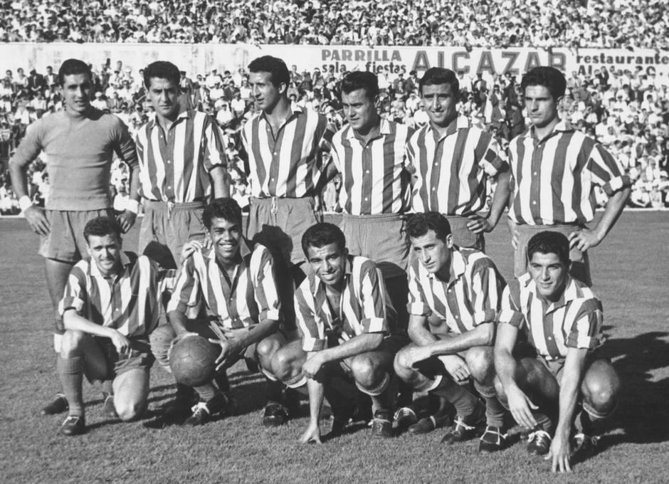 Peiró forma en un once en el Metropolitano, agachado, segundo por la derecha, junto a Collar y con Miguel, Mendonça y Vavá