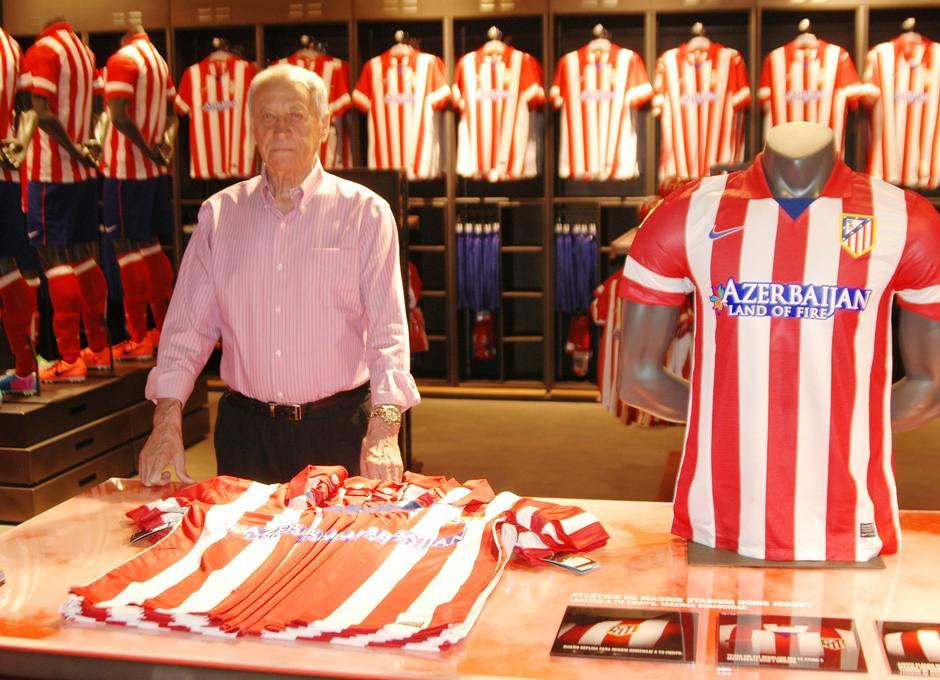 Joaquín Peiró posa ante la camiseta para la nueva temporada, 13-14, en la Tienda Megastore 1903