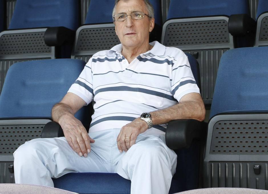 Ufarte, sentado en el Palco de Honor del Vicente Calderón