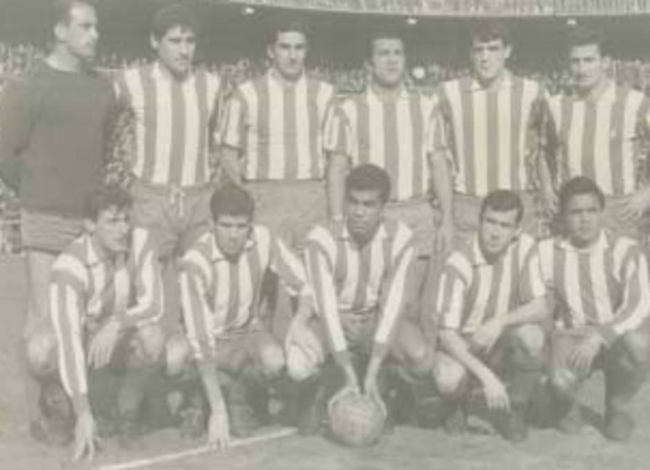 Ufarte, en un once de su etapa como jugador, forma el primero por la izquierda de la foto, agachado, junto a Luis, Mendonça, Adelardo y Cardona