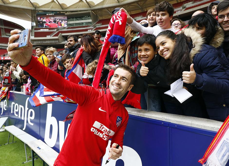 Firmas en el último entrenamiento a puerta abierta en el Wanda Metropolitano