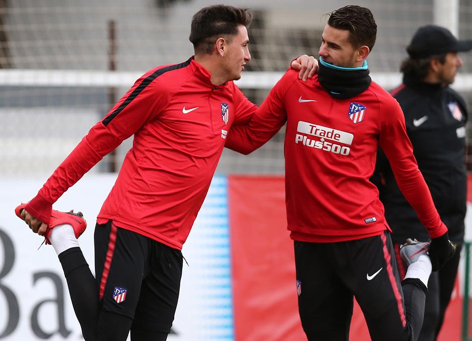 temporada 17/18. Entrenamiento en la ciudad deportiva Wanda. Giménez y Lucas durante el entrenamiento.