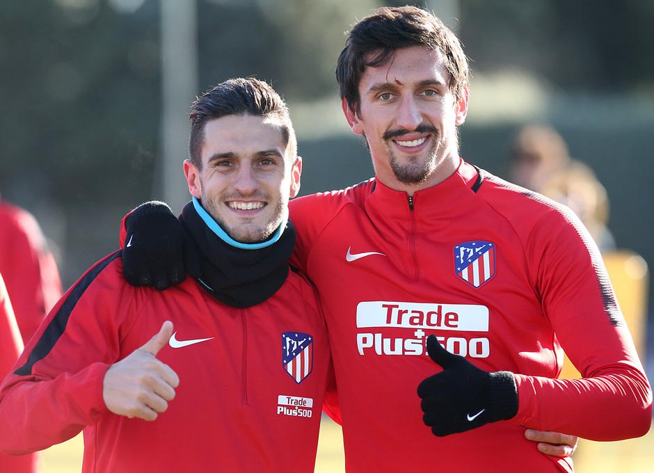 temporada 17/18. Entrenamiento en la ciudad deportiva Wanda. Koke y Savic durante el entrenamiento.