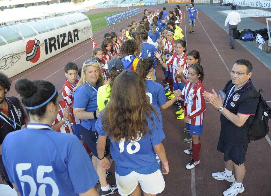Temporada 2012-2013. El Alevín A hizo el pasillo a las campeonas del torneo