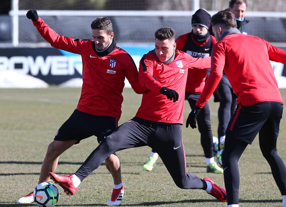 temporada 17/18. Entrenamiento en la ciudad deportiva Wanda. Giménez y Koke luchando un balón durante el entrenamiento.