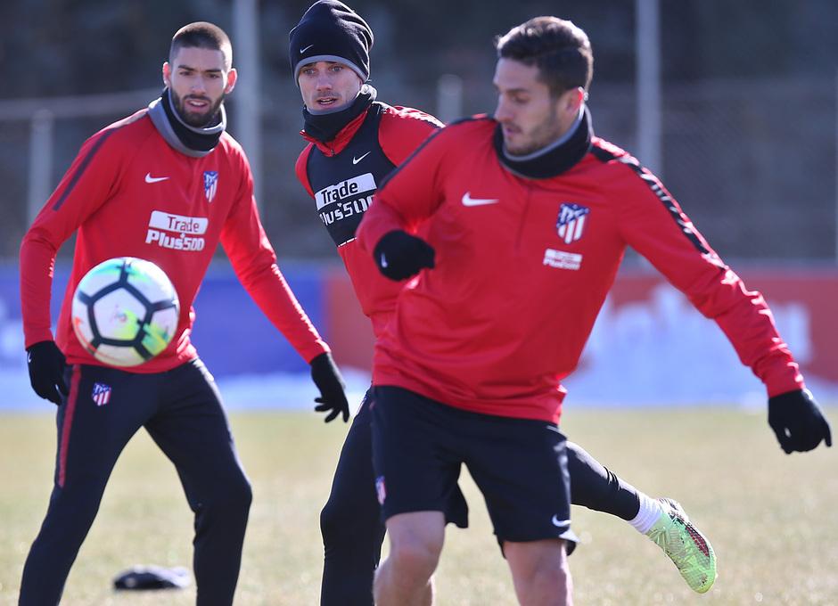 temporada 17/18. Entrenamiento en la ciudad deportiva Wanda. Griezmann y Koke luchando un balón durante el entrenamiento.