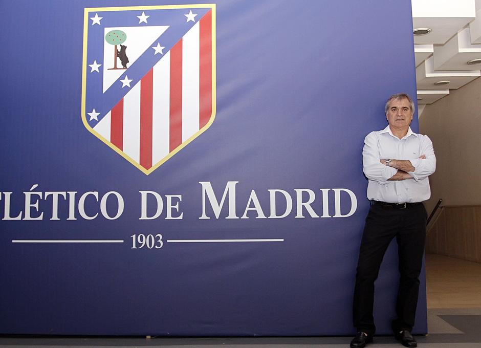 Marcelino posa en el palco VIP del Vicente Calderón junto al escudo del Atlético de Madrid