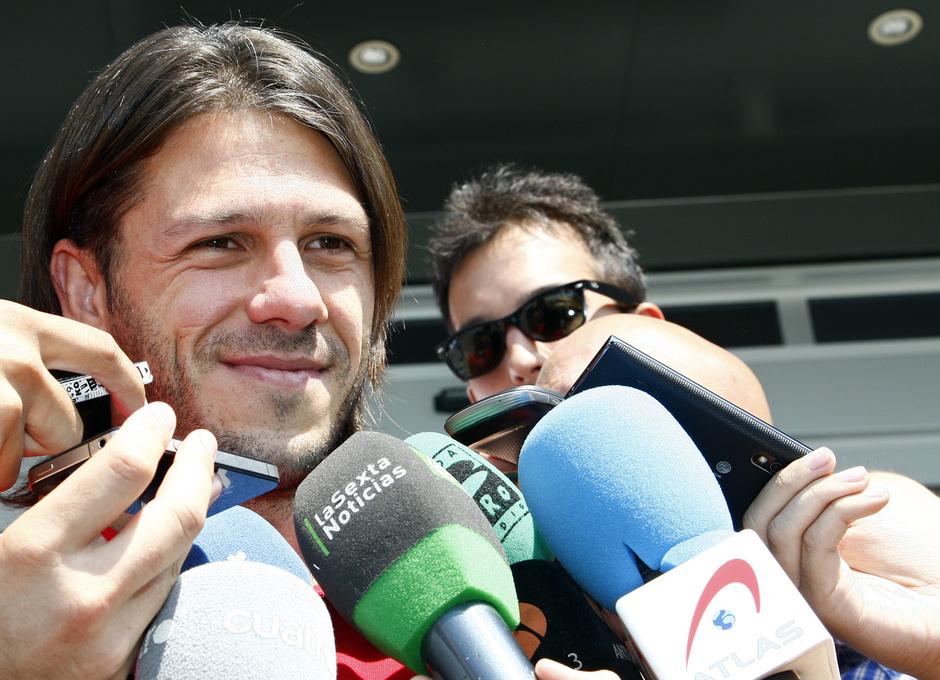 Temporada 2013/2014 Martín Demichelis atendiendo a los medios de comunicación