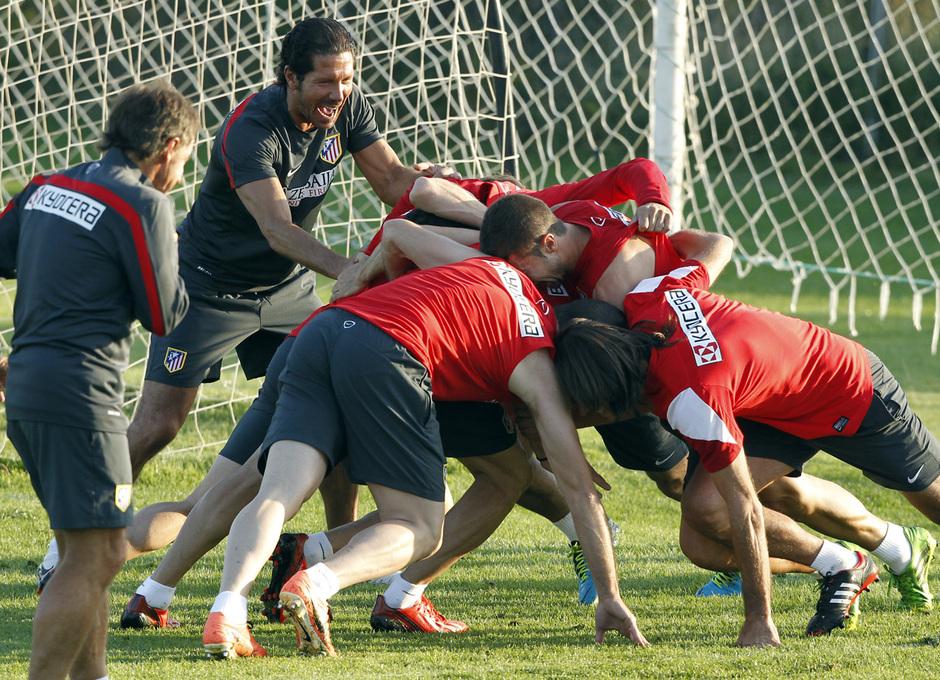 """Temporada 13/14. Entrenamiento. Equipo entrenando en los Ángeles de San Rafael, Simeone siguiendo una """"melé"""" de sus jugadores"""