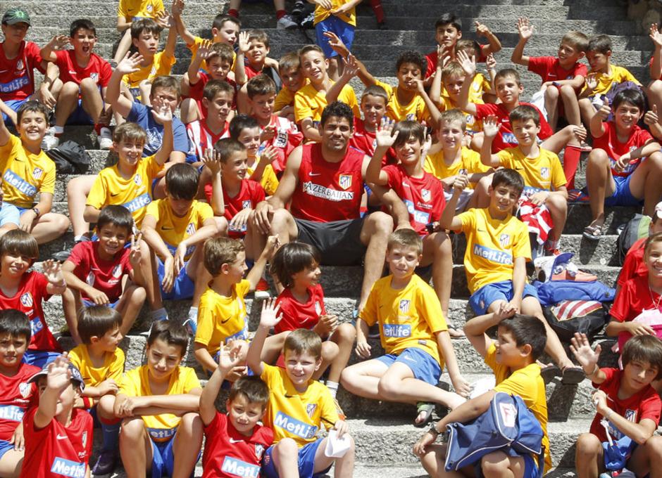 Diego Costa visita y se hace una foto con los participantes del Campus de la Fundación en Los Ángeles de San Rafael