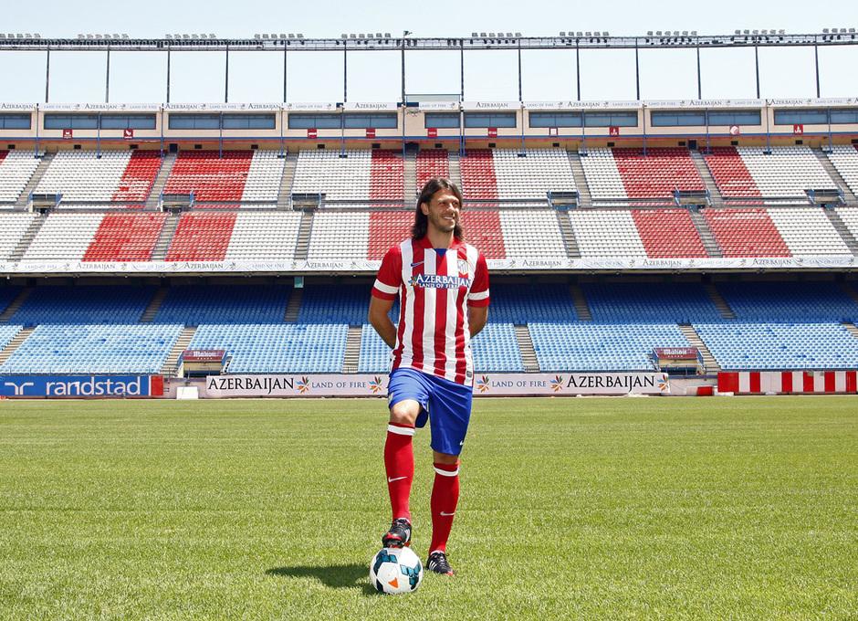 Temporada 13/14. Presentación Martín Demichelis. Estadio Vicente Calderón. Posando con el balón en los pies