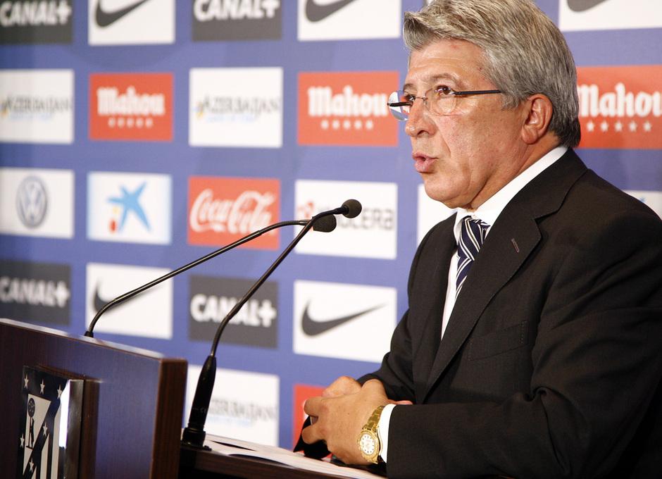Temporada 13/14. Presentación Martín Demichelis. Estadio Vicente Calderón.  Cerezo hablando durante su presentación