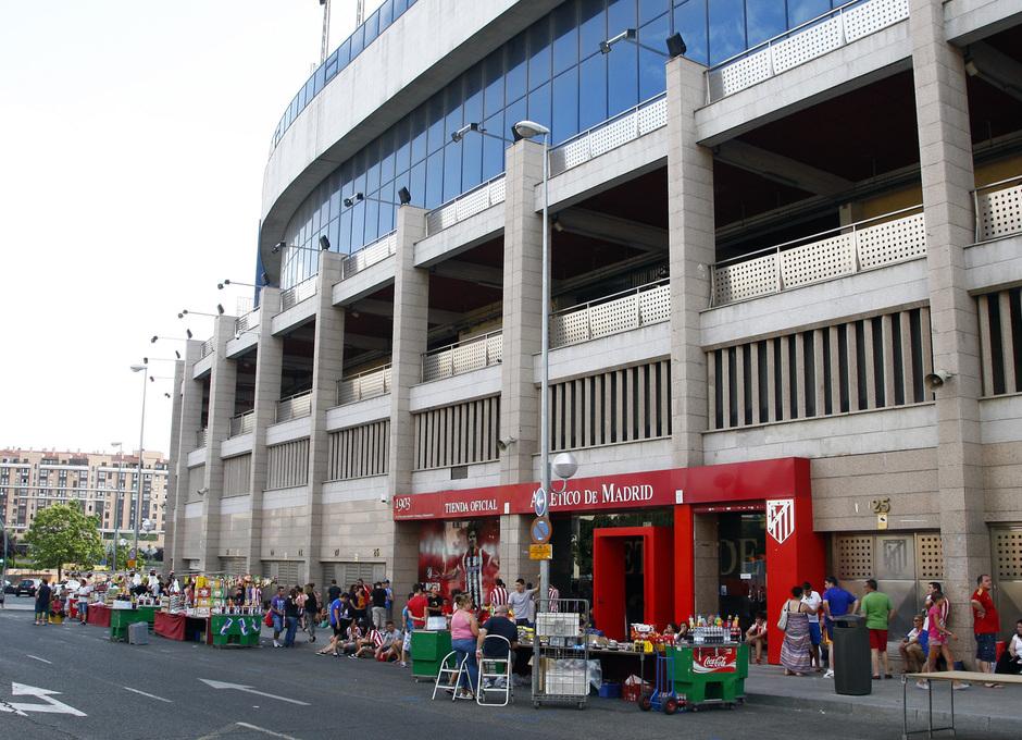 Largas colas de espera a las puertas del Calderón por David Villa