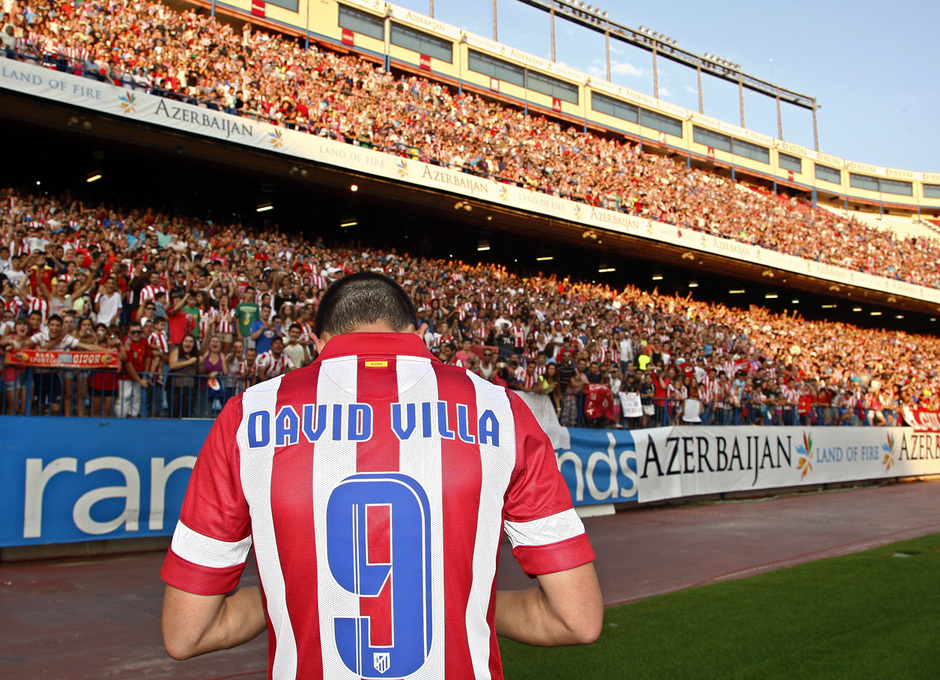 Temporada 13/14. Presentación David Villa. Villa firmando balones